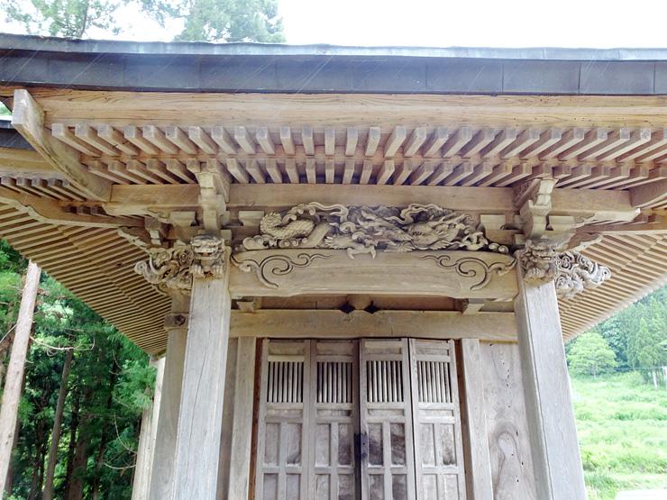 正面上に竜の彫刻がある神社=南砺市利賀村草嶺