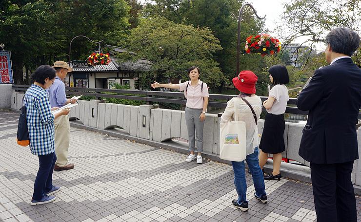 とやま観光未来創造塾の観光ガイドコースで案内を実演する塾生=昨年10月、富山市本丸