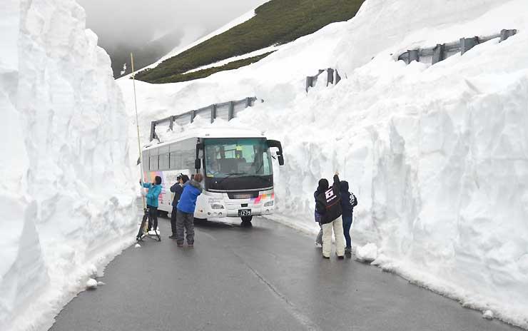 雪の壁の間を試運転する「春山バス」