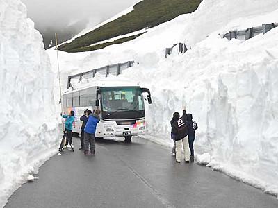 雪壁の観光、大雪渓まで 乗鞍岳春山バス区間延伸