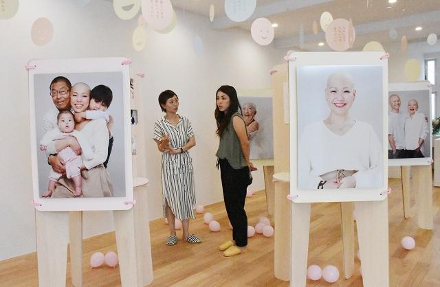 病で髪を失った女性たちのありのままの姿を写した写真展=5月29日、福井県坂井市春江町