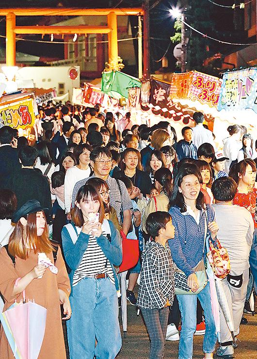 山王まつり名物の露店が並ぶ通り。大勢の人で混雑した=富山市山王町