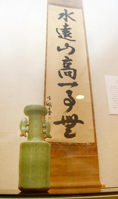 「青磁鯉耳花入」(手前)と掛け軸「水遠山高一事無」=福井県福井市愛宕坂茶道美術館