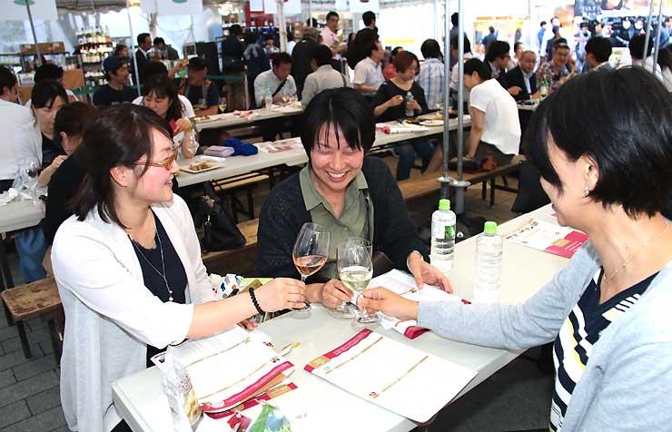 信州ワインサミット会場でワインを楽しむ来場者たち