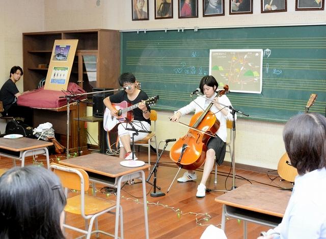 旧白山小第一分校で昨年開かれた「ほたるカフェ」=2017年6月、福井県越前市安養寺町