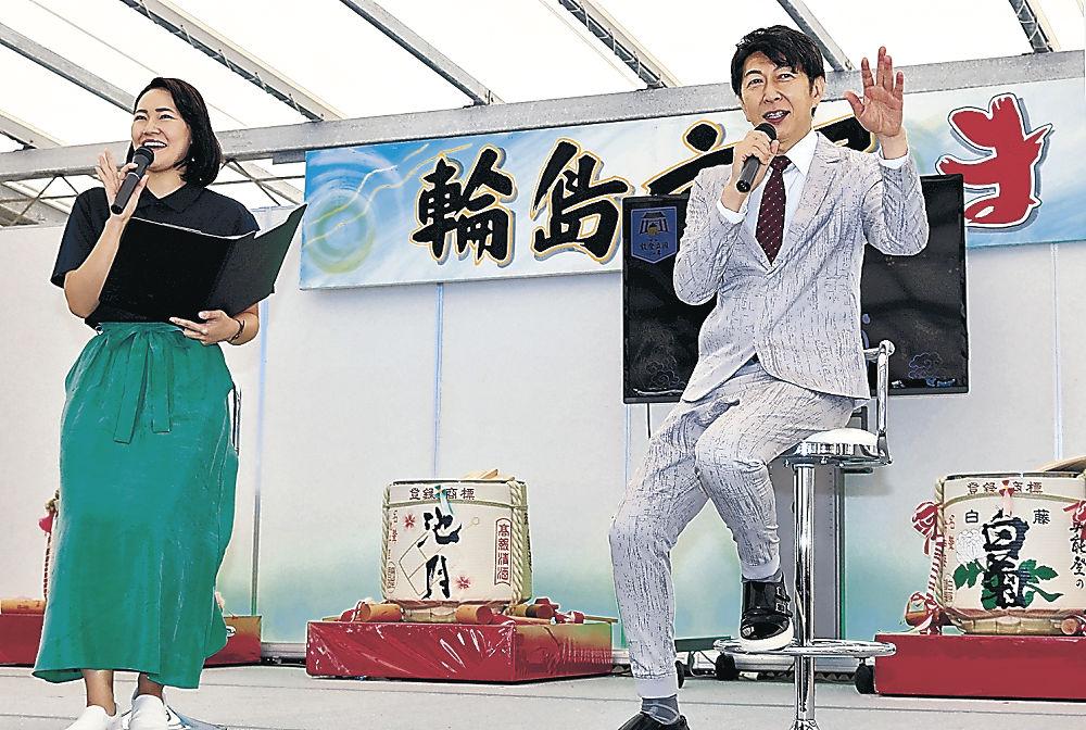 能登の魅力を語る篠井さん(右)=輪島市マリンタウン