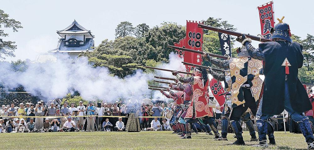 ごう音を響かせて火縄銃を撃ち、来場者を魅了した鉄砲隊=金沢城公園新丸広場
