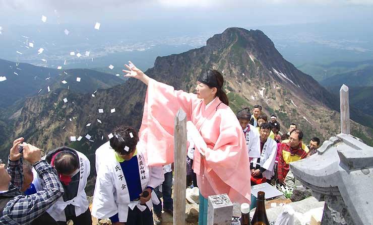 阿弥陀岳を背に、赤岳山頂で登山者の安全を祈った八ケ岳開山祭