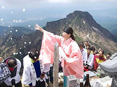 八ケ岳開山祭、安全登山誓う 赤岳山頂、400人参加
