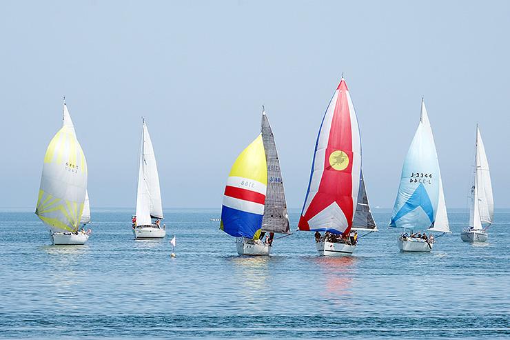 魚津市の海岸近くに設けられた周回コースで争うヨット