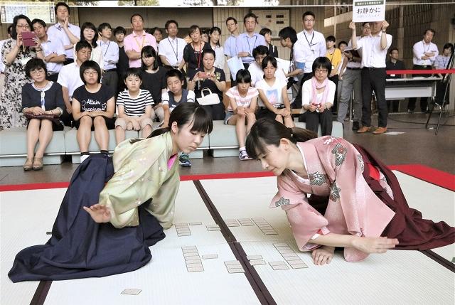 模擬試合で札を取り合い、競技かるたの魅力を伝える選手=6月4日、福井県庁