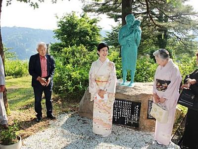 小林綾子さん、市民と交流 おしん像立つ公園訪問 十日町
