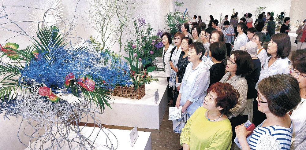 「生け花王国」を担う華道家の秀作を鑑賞する来場者=金沢21世紀美術館
