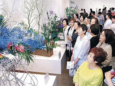 総合花展金沢展幕開け 21世紀美術館