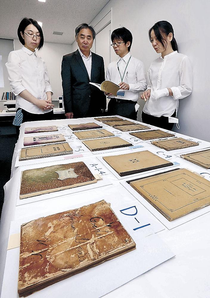 西田のノートを調査し、公開した浅見館長(左から2人目)ら職員=かほく市の石川県西田幾多郎記念哲学館