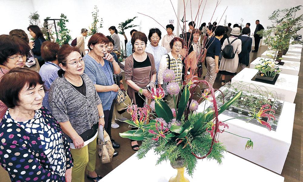 華道家のアイデアが生み出した意欲作を鑑賞する来場者=金沢市の金沢21世紀美術館