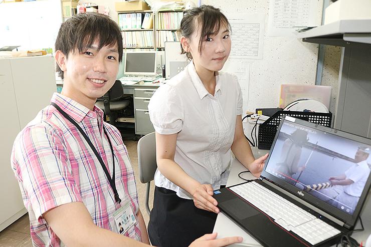 動画サイトをPRする池田隊員(左)と李さん
