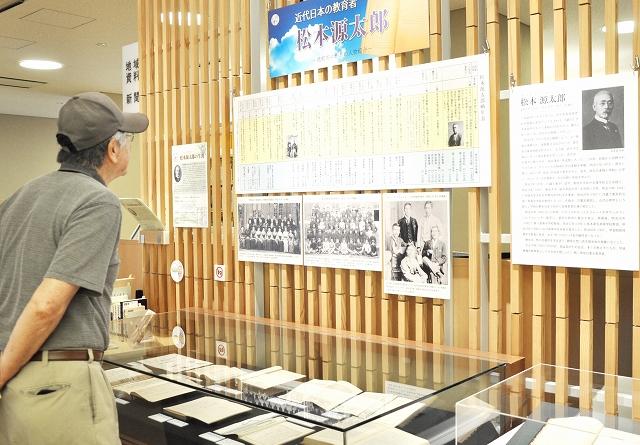 松本源太郎の資料を展示した特設コーナー=福井県越前市中央図書館
