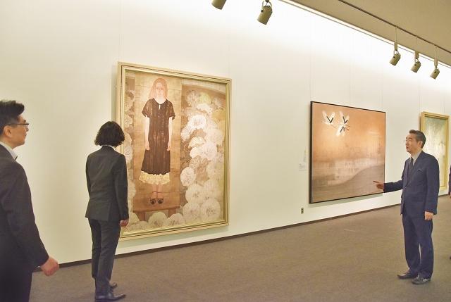 「現代日本画の最高峰 院展」の開幕を控え、作品の配置を最終確認する日本美術院の同人作家=6月7日、福井県福井市の県立美術館