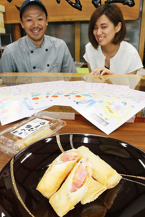 「白えび餅べえ」を前に笑顔の野村さん(左)と沼尻代表
