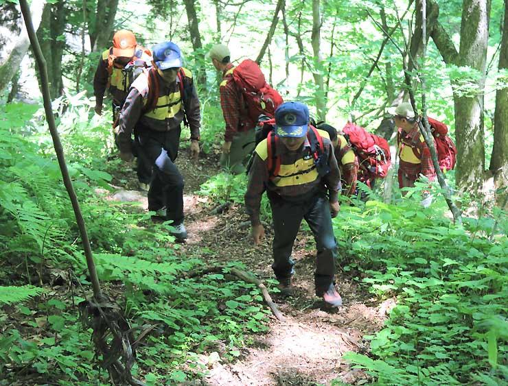 神事の後、登山道を歩いて安全を確認する遭対協メンバーら