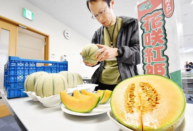 目ぞろえ会で規格を確認する生産者=6日、福井県あわら市のJA花咲ふくい園芸振興課会議室