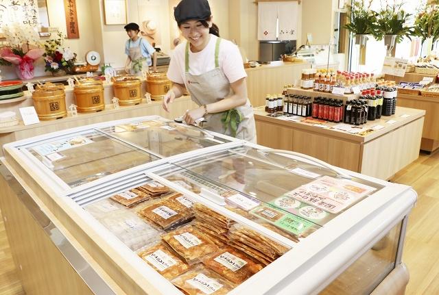 さまざまなみそや加工食品を販売する米五の新店舗=8日、福井市春山2丁目