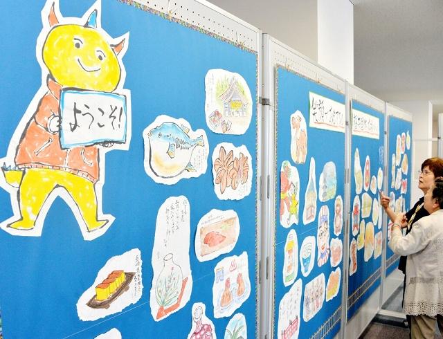 全国の名物や風景を描いた絵手紙が並ぶ福井国体コーナー=8日、福井市のアオッサ