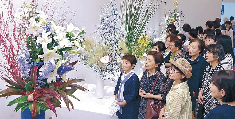 高い天井を生かした迫力あふれる作品を鑑賞する来場者=金沢21世紀美術館