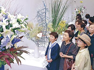 空間生かした大作の美 総合花展金沢展 後期開幕、177点並ぶ 21世紀美術館