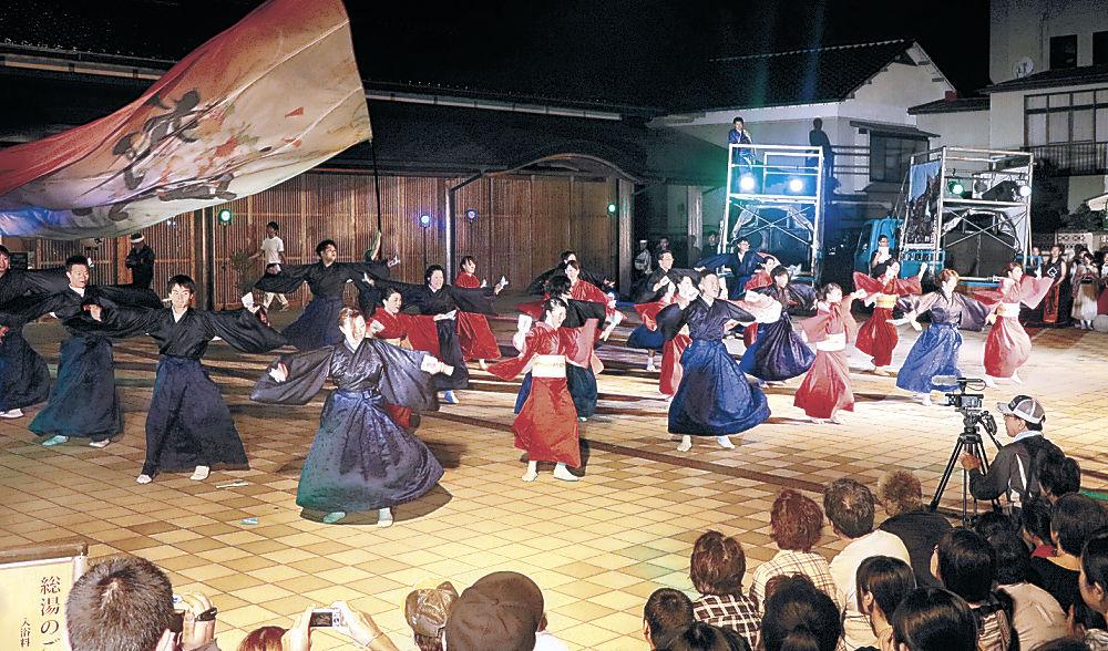 華麗な舞を披露する出演者=七尾市和倉温泉の総湯前