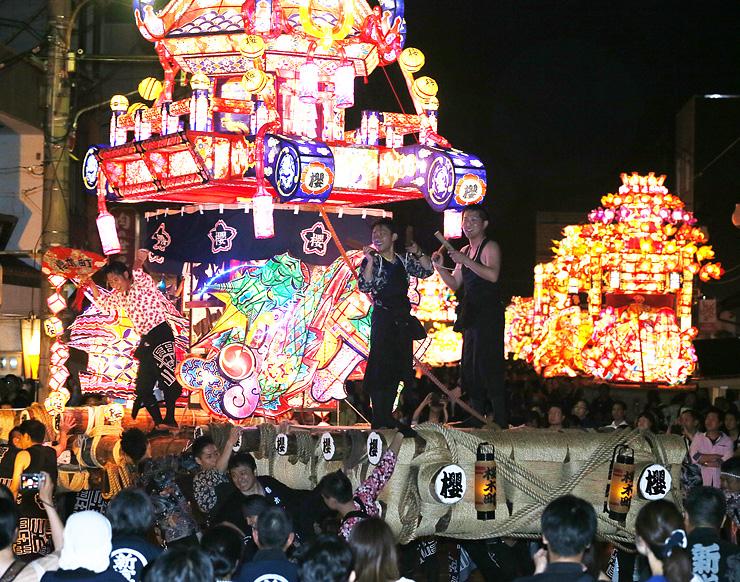 若衆が威勢良く引き回した夜高行燈=砺波市本町