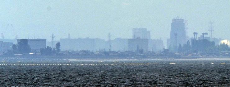 富山市方面の建物が同じ高さに見える春型蜃気楼=8日午後0時25分ごろ