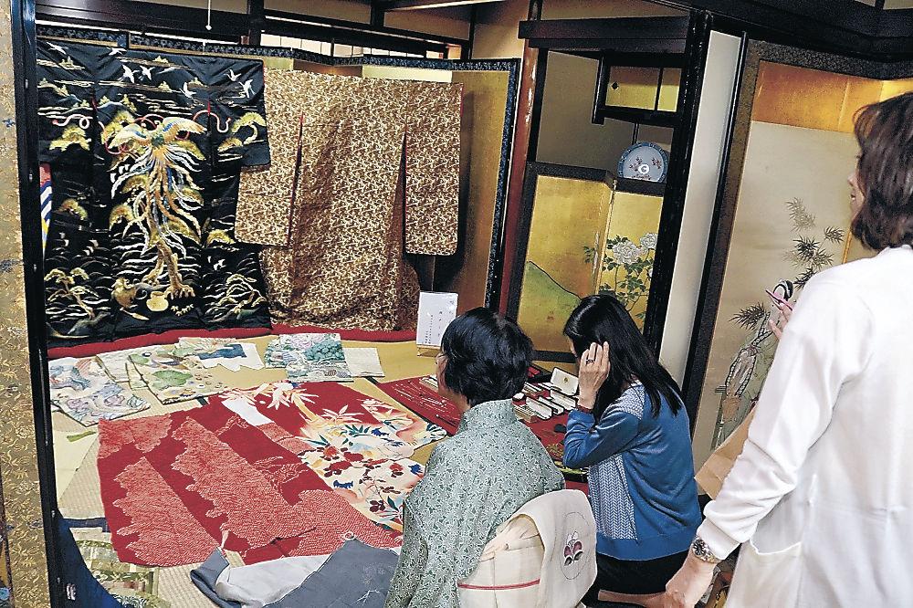 瀬戸家で花嫁衣装を眺める観光客=小松市安宅町