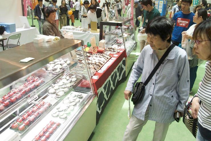 松本市内の菓子店のコーナーが人気を集めた信州夢街道フェスタ
