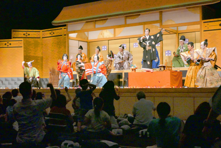 舞台上の熱演に客席から盛んにおひねりが飛んだ東濃歌舞伎中津川保存会の公演=9日、松本市のキッセイ文化ホール