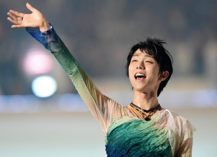 アイスショーのフィナーレで観客に手を振る羽生結弦選手=9日、長野市ビッグハット