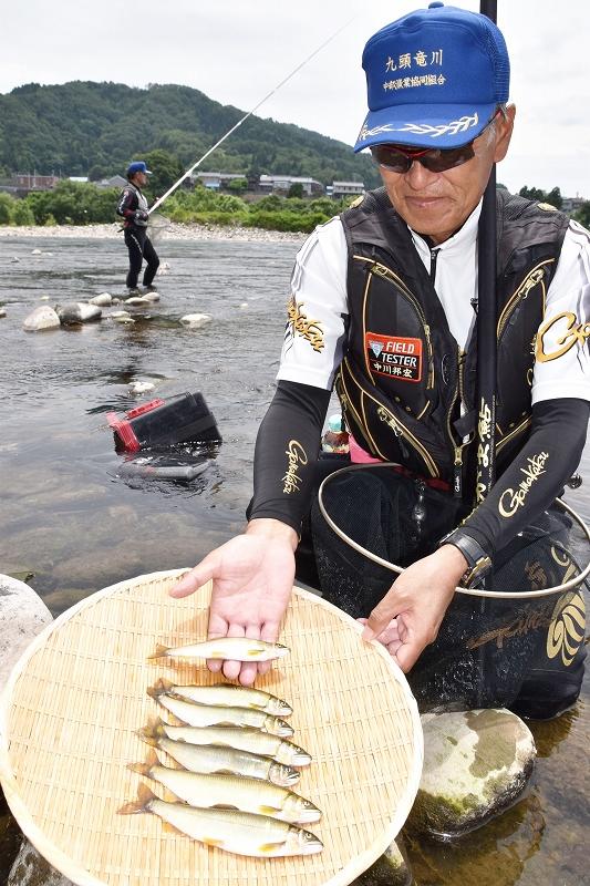 試し釣りで釣れた良型のアユ=6月8日、福井県永平寺町松岡上合月