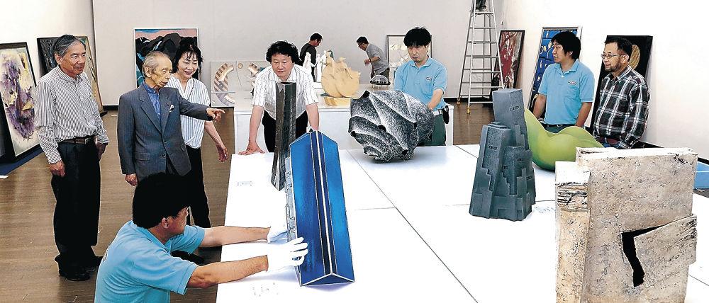 作品の陳列作業を行う関係者=金沢21世紀美術館