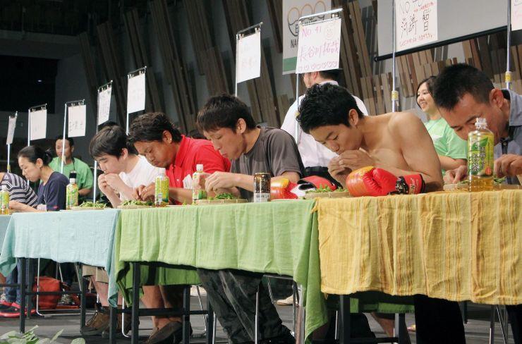 前回の「世界えだまめ早食い選手権」。大勢の参加者が長岡産枝豆の早食いに挑戦した=2017年7月、アオーレ長岡