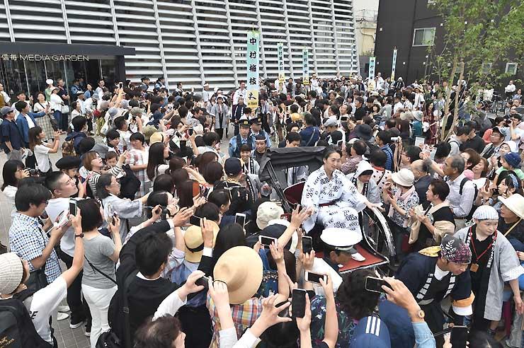 人力車に乗った中村七之助さんを先頭に出発する登城行列=10日、松本市中央2の信毎メディアガーデン前