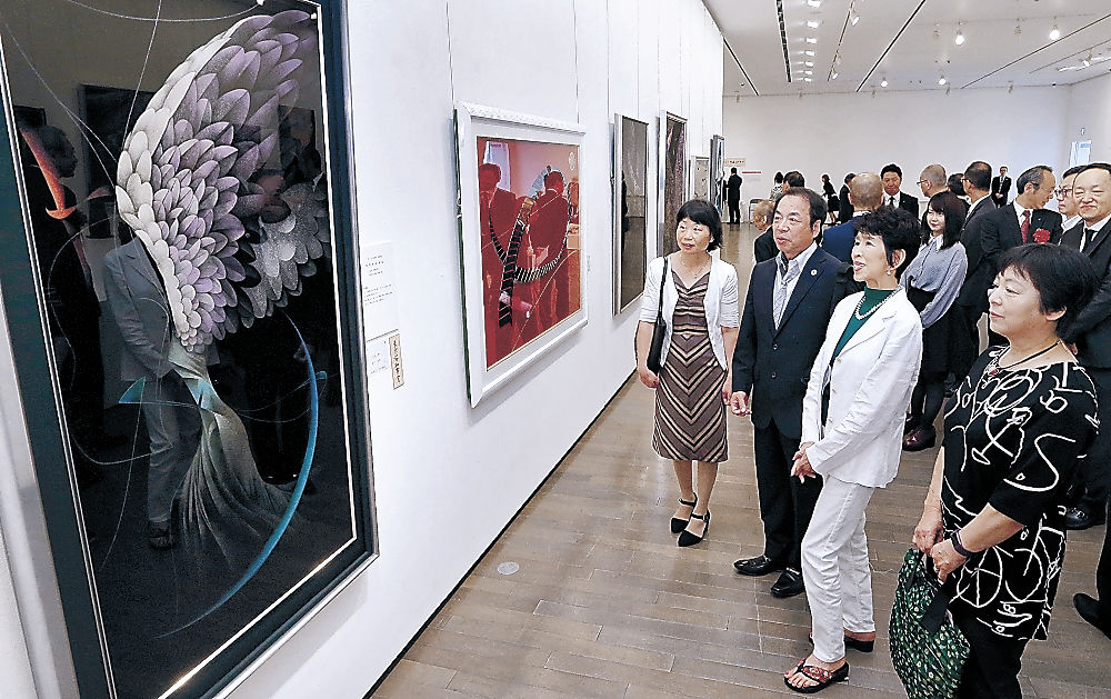 沈金の繊細な表現などに見入る来場者=金沢21世紀美術館