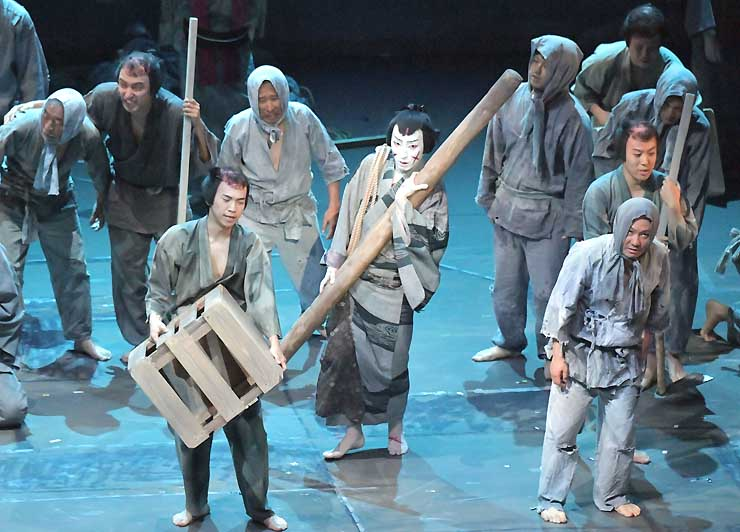 罪人を演じる市民キャストも参加した「切られの与三」。中央が与三郎役の中村七之助さん=12日、松本市まつもと市民芸術館