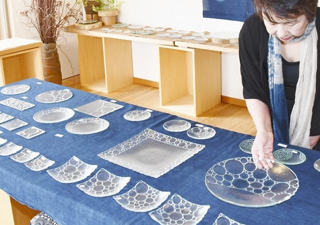 フュージング技術を生かして作られた皿=6月12日、福井市三郎丸2丁目のギャラリー風遊舎