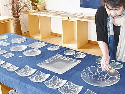 涼しげガラス皿100点ずらり 福井市で6月23日まで
