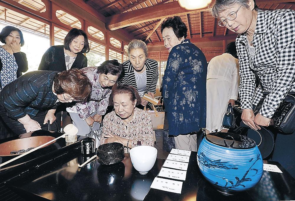 茶会で使った出品作家の茶碗や茶道具を鑑賞する参加者=金沢21世紀美術館