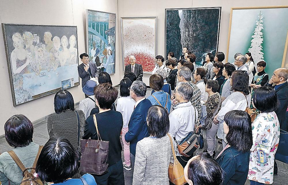 作品解説で作家の心の内に思いを巡らせる来場者=金沢市の石川県立美術館