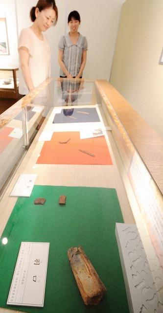 羽口など鉄に関する出土品が並ぶ企画展=福井県のあわら市郷土歴史資料館