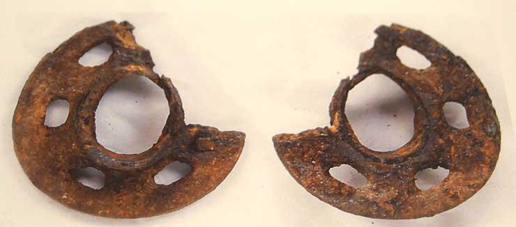 保存処理前で鉄さびに覆われたままのつば(左が表、右が裏)