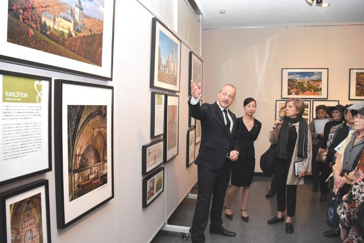 城の写真を示しながら歴史を解説するドゥプ大使(中央)